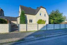 Viel Rasenfläche und ein paar junge Bäume kleiden den Vorderbereich Ihres hübschen Hauses aus. Ein schönes Willkommen - keine Frage!