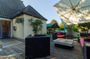 Uneinsehbar, eingewachsen und irre gemütlich: Ihre Terrasse neben dem Haus verspricht schöne Stunden in Ihrem Garten-Wohnzimmer.
