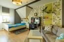 Der helle Holzboden in Kombination mit dem Grün der Wände bringt viel natürliche Frische in den Raum. Hier fühlt sich jedes Kind wohl!