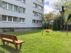 Grünfläche mit Spielplatz