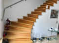 Holztreppe zum Obergeschoss