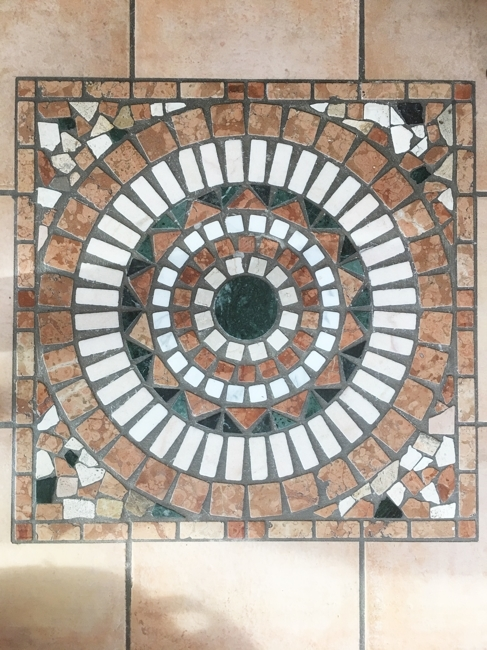 EG-Mosaik im Eingangsbereich