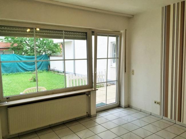 Wohn- Schlafzimmer mit Blick in den Garten