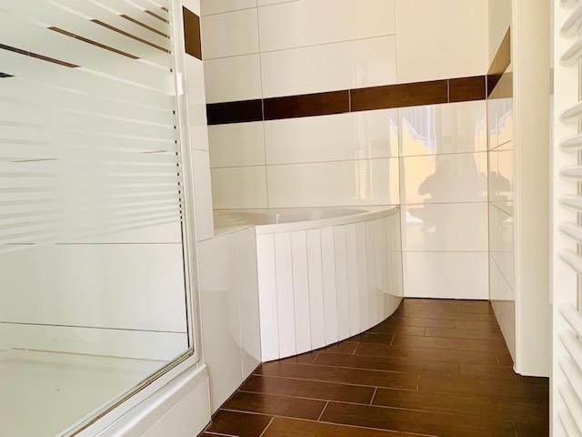 Dusche,Eckbadewanne und Badheizkörper