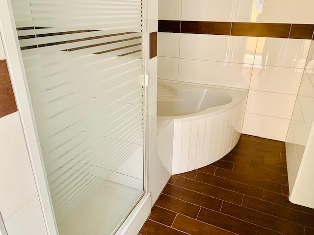 Dusche,Eckbadewanne und Badheizkörper Teilansicht 1