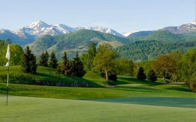 Golfplatz mit Blick auf Skigebiete