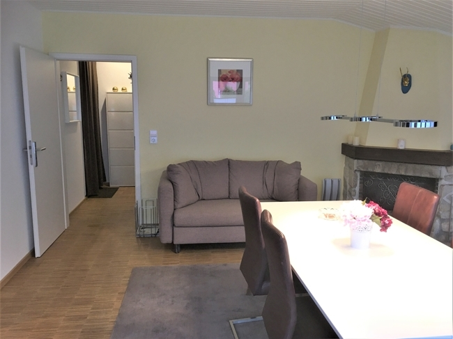 Wohnzimmer mit Blick zum Eingangsbereich