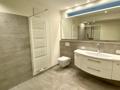 Bad mit Dusche und Waschmaschinenanschluss