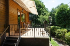 Balkon mit seitlicher Treppe