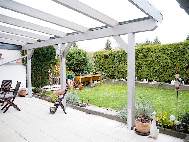 Süßer Garten mit großer Terrasse