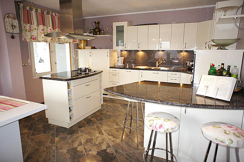 offene Küche mit EBK und Kochinsel