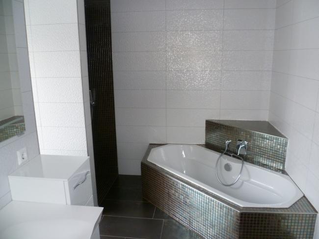Badezimmer mit Wanne & Dusche