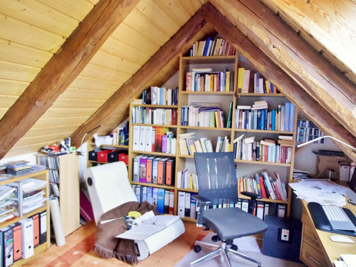 Bibliothek im Spitzboden
