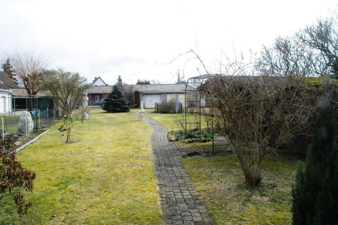 Grundstück und Garage