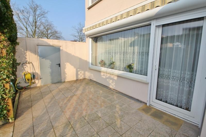 Terrasse mit Markise und Zugang zu Garage...
