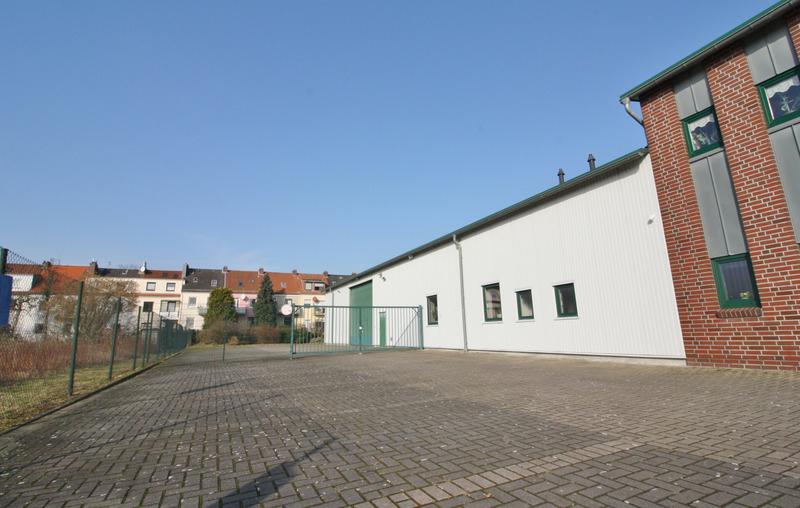 Zufahrt Halle
