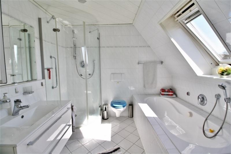 ...ins Bad mit Dusche...