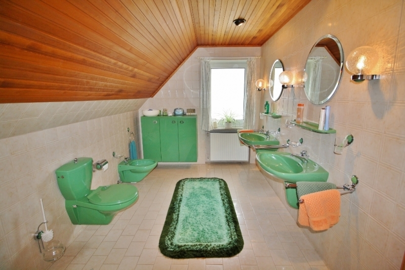 großes Bad im OG mit zwei Waschtischen...