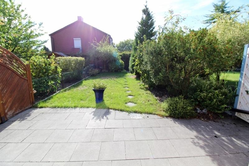 Blick auf die Terrasse in den Garten