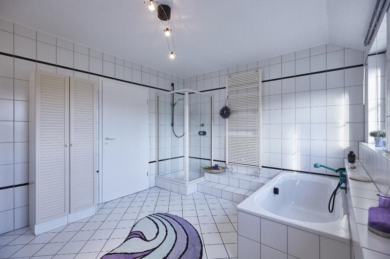 Bad im Obergeschoss mit Wanne, Dusche...