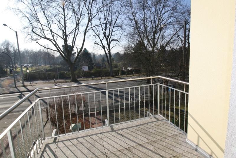...Balkon und...
