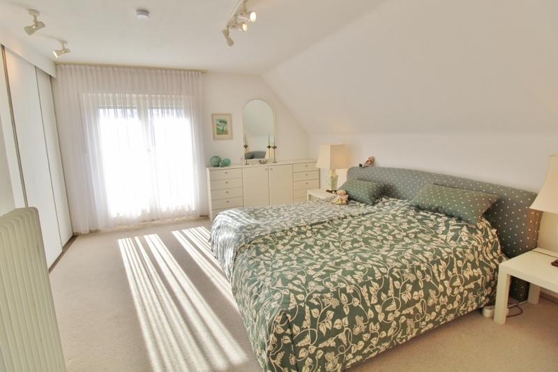 Schlafzimmer mit Balkon und begehbaren Kleiderschrank