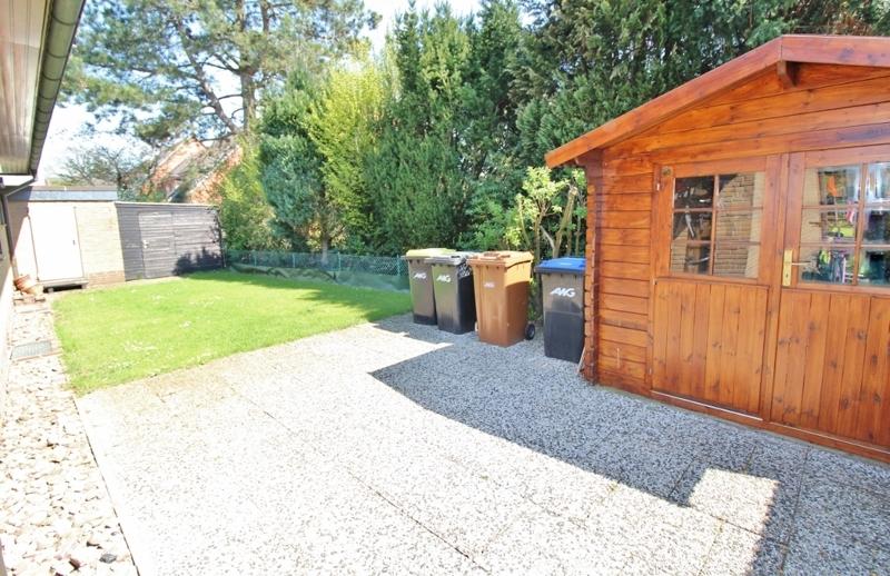 hinterer Hausbereich mit Gartenhaus und Zugang zur Garage