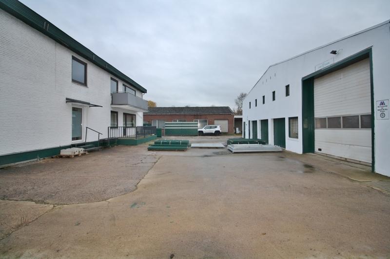 Freifläche zwischne Hallen- und Bürogebäude