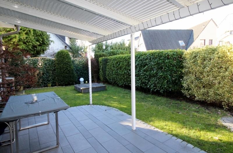 Überdachte Terrasse mit tollen Blick in den Garten