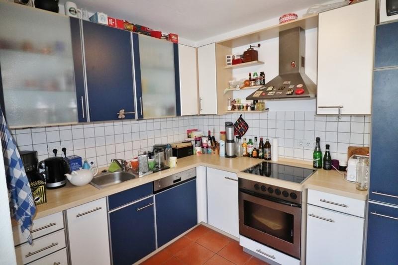 Küche mit einem dahinterliegenden...