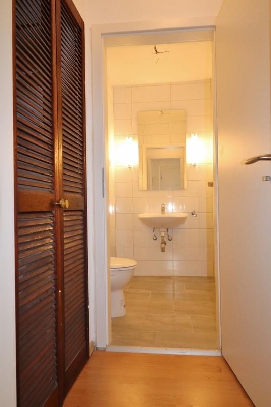 Einbauschrank mit dahinterliegendem Gäste-WC