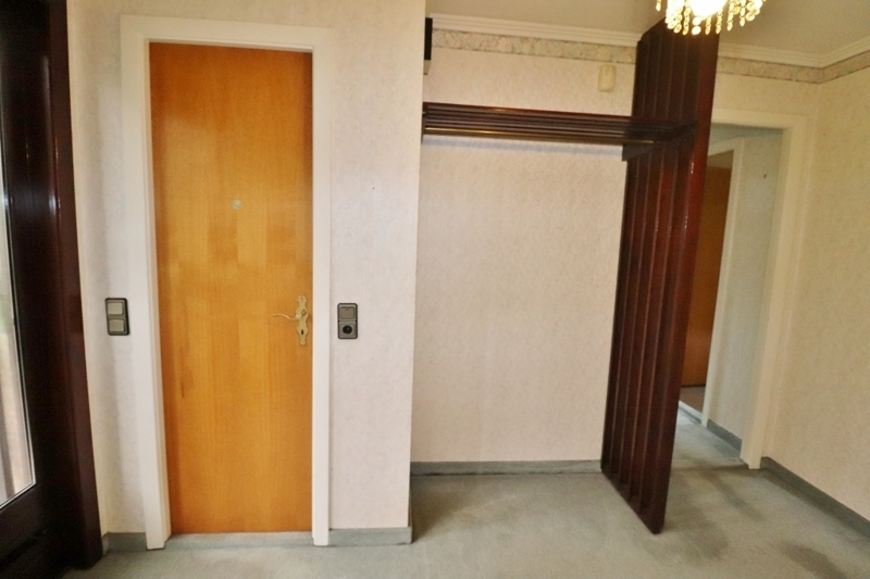 Garderobe und Tür zum ...