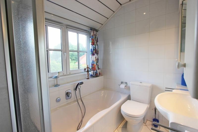 Badezimmer mit Badewanne, Fenster ...