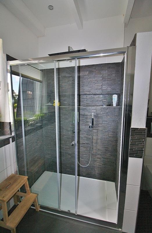 ... mit großer Dusche...