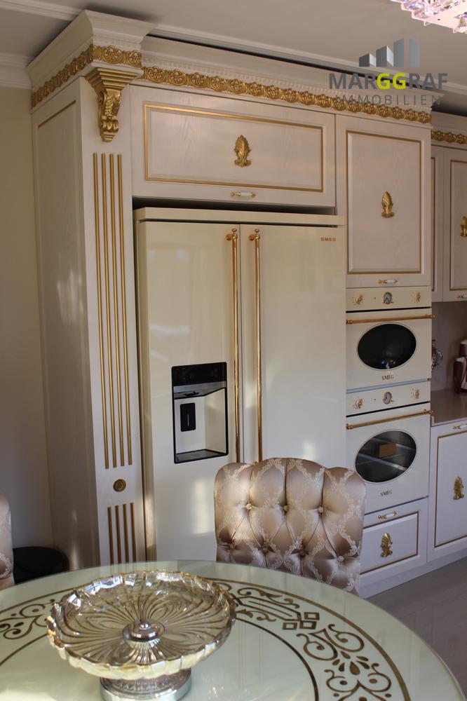 Küche mit amerikanischen Kühlschrank