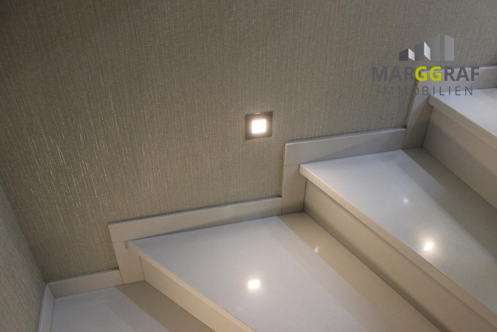 Treppenaufgang mit indirekter Beleuchtung
