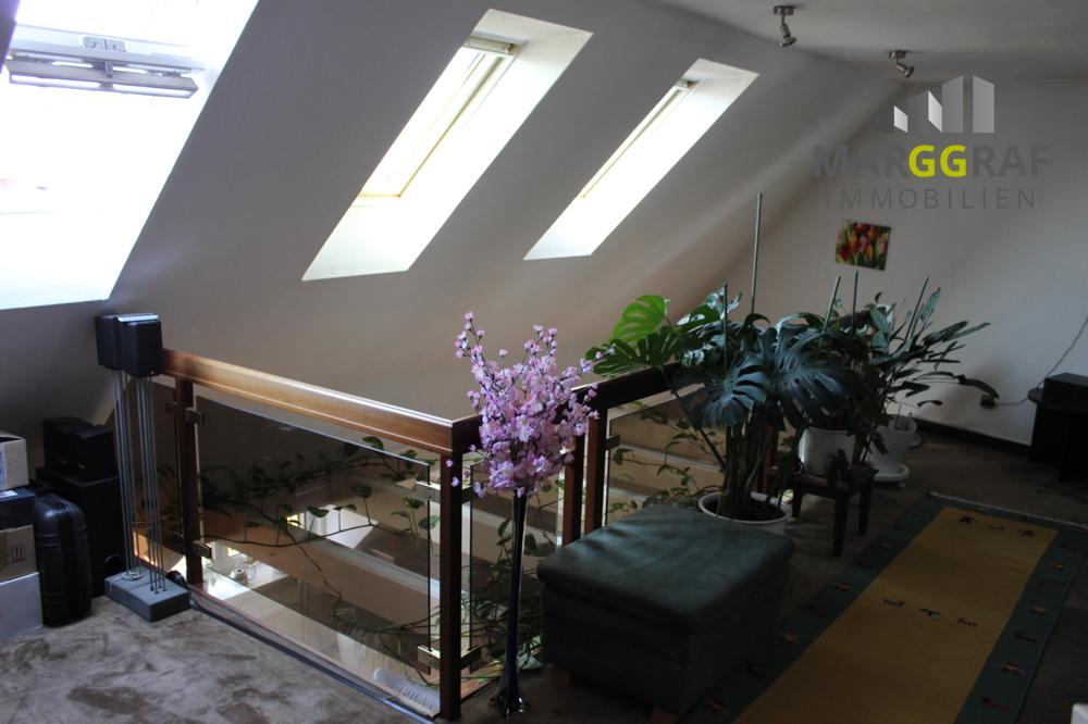 Galerie mit verglastem Geländer