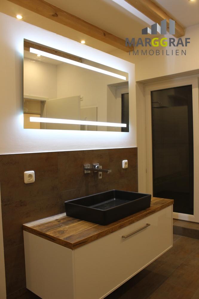 Waschplatz mit beleuchtetem Spiegelschrank