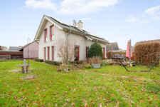 Die rote Farbe zieht sich wie ein roter Faden durch das ganze Haus und sein großes Anwesen und gibt dieser Investition einen ganz besonderen optischen Touch.