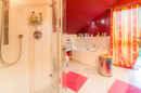 Rot rot rot sind alle meine Farben: auch im Bad! Das große Familienbad bietet Ihnen Badewanne, Dusche und jede Menge Licht.