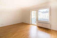Hell und freundlich heißt Sie das Wohnzimmer mit seinem huebschen Suedbalkon willkommen.
