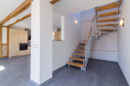 Die Treppe, die in den Wohnbereich integriert, aber dennoch optisch klug separiert ist, führt ins Obergeschoss.