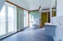 Wer Größe sucht, findet sie hier! Und Modernität gleich mit dazu. Das Badezimmer kommt mit riesiger, ebenerdiger Dusche, Badewanne, beheizbarem Handtuchhalter und viel viel Licht daher. Ein Wellnesstraum in groß!