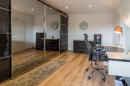 Wer gerne an der frischen Luft arbeitet, ist bei diesem Büro richtig, denn es bietet einen Ausgang zum Balkon. Schon frischen Kaffee gekocht?
