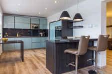 Ein Traum in Hochglanz: Ihre integrierte Küche bietet Platz satt für elegante Kochabende.
