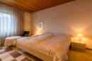 Elternschlafzimmer: Großzügig und dank Holzdecken auch richtig gemütlich: das Elternschlafzimmer.