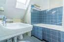 Zugegeben: Modern sieht heute anders aus! Aber Ihr zweckmäßiges Bad hat Platz und Tageslicht. Den Rest bekommen Sie hin, oder?