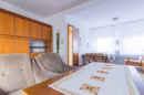 Ein schöner Holzboden, neues Interieur und schon machen Sie aus diesem Wohnzimmer ein gemütlich-modernes Kleinod für Ihre Zukunft.