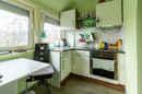 Wahnsinn, was alles in eine Nische passt! Die kleine Küche des Dachgeschosses ergänzt den Wohnbereich in offener Bauweise.