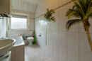 Zwar sehen Sie vom Fenster aus nur ein paar Laubbäume im Garten, dafür haben Sie im Badezimmer ab sofort ein Palmenparadies.